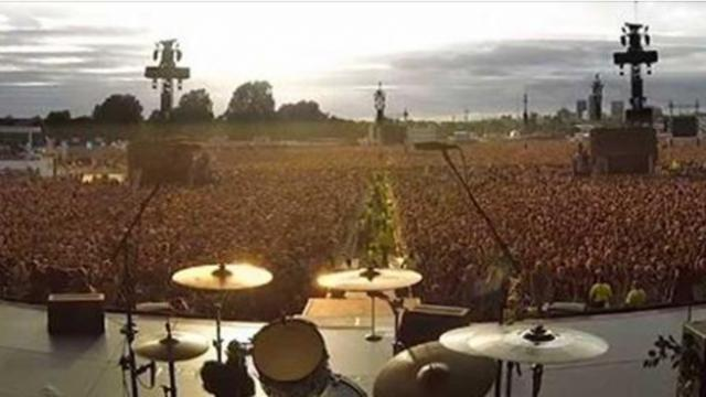 65,000 fans grow tired when band doesn't show up – then they
