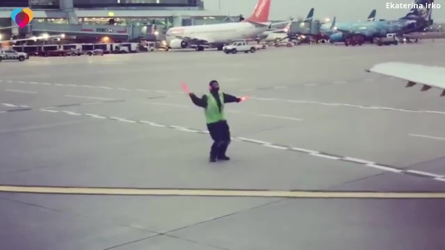 Heartwarming moment an American Airlines ground worker starts dancing with his batons in the middle