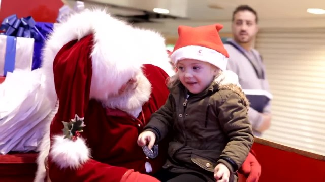 Santa Finds Out That Little Girl Is Deaf, Leaves Everyone In Tears With His Reaction