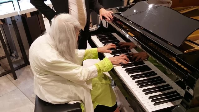 Pianist Plays Song In Department Store Has Man Notice Familiar Woman And Immediately Jump To His Fee