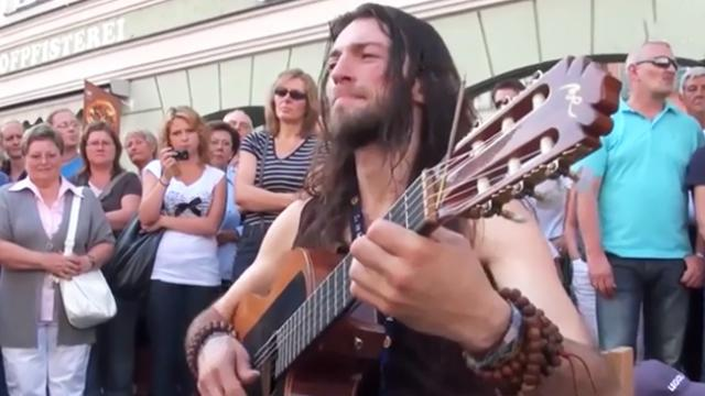 Here's why a crowd gathered when this talented guitarist performed on the street