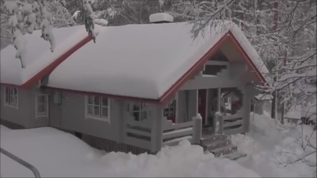 Using single piece of rope, man shows ridiculously easy way to remove heavy snow from roof
