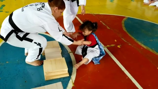 Little girl struggles to break board with her hand has comical solution no one will ever forget