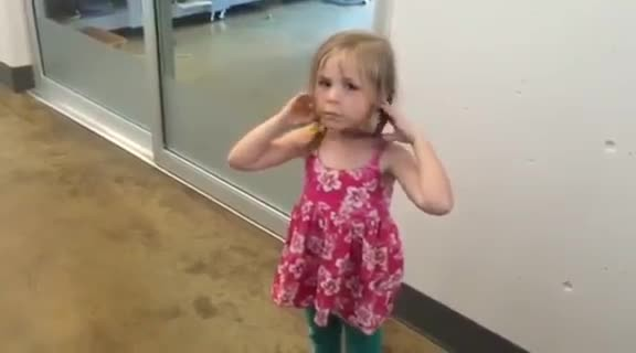 Little girl reunites with lost cat after 3 yrs apart & the video has thousands bawling