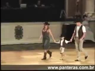 LITTLE WRANGLER STEALS THE SHOW DURING CUTE 'REDNECK WOMAN' LINE DANCE