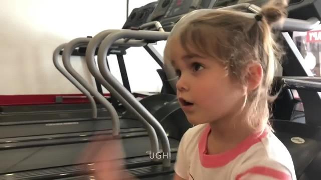 Tiny girl interrupts trainer at the gym to ask 1 question that leaves room in laughter