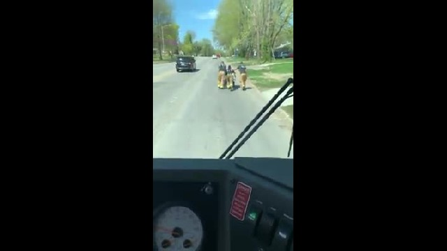 Kindhearted firefighters spot man whose wheelchair stopped working, push him rest of way home