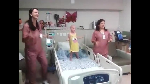 Nurses Brighten Little Girl's Day With Impromptu Dance-Off, The Smile On Her Face Is Priceless!