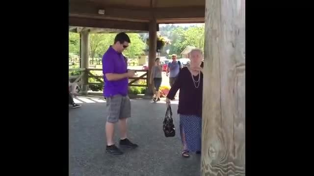 Grandma shocked when stranger sings her name, breaks into tears when he hands her white rose