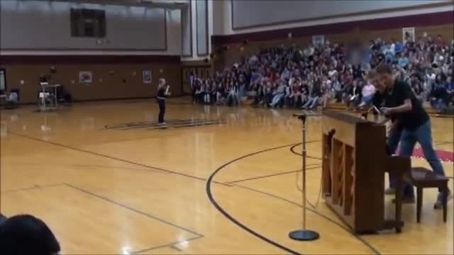 Teen covers popular Ed Sheeran song at talent show, has crowd screaming for more