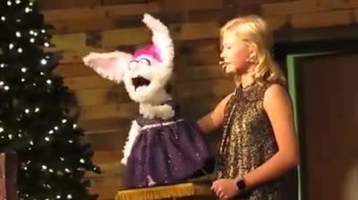 DARCI LYNNE & PETUNIA BRING CHRISTMAS CHEER WITH ANGELIC HOLIDAY SONG