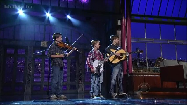 This shy boy walks onstage with his banjo – when he looks up, everyone was floored!
