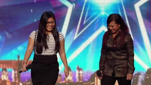Her daughter begins singing but when mom joins in even Simon can't stop smiling