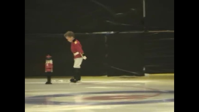 Tiny girl strikes pose on ice, but who joins her is lighting up the internet