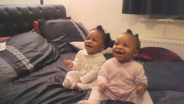When mom starts singing, her twins response made her burst out laughing.