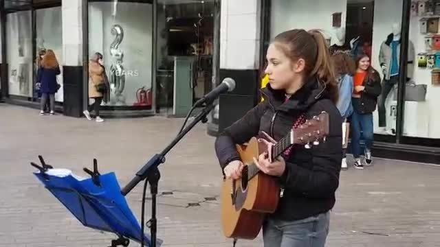 "Teen plays ""Hallelujah"" on street suddenly making crowd stop in their tracks to surround her"
