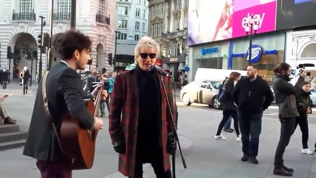 Rod Stewart - Impromptu street performance 'Handbags And Gladrags' At London's Piccadilly Circus