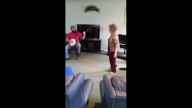 85-year-old kicks off loafers & gets down to bluegrass beat
