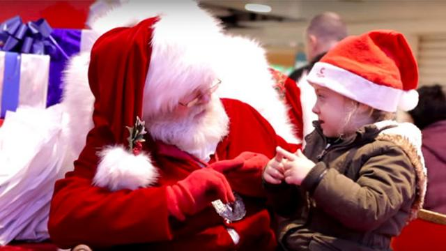 Deaf girl doesn't respond to Santa so he uses sign language to ask what she wants for Christmas