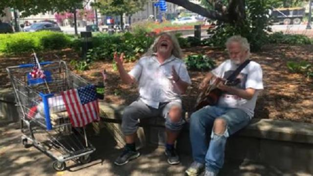 Homeless guitarist joins singer to sing rendition of 'Hallelujah'