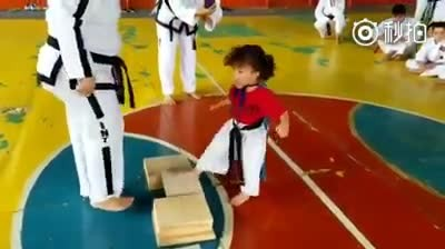 Little Taekwondo girl makes everyone burst into laughter as she struggles to understand the lesson
