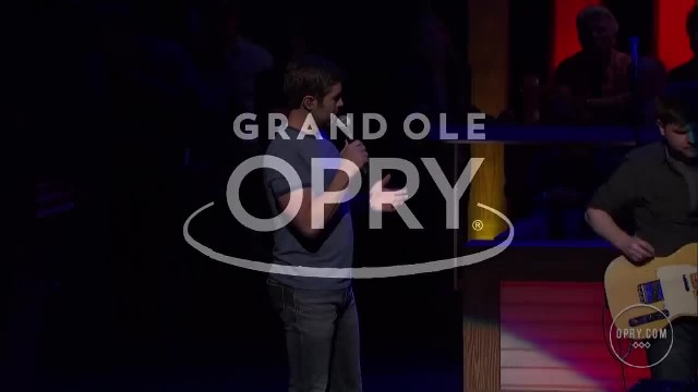 Country music star invites his grandma onstage to play the piano - this had me choked up