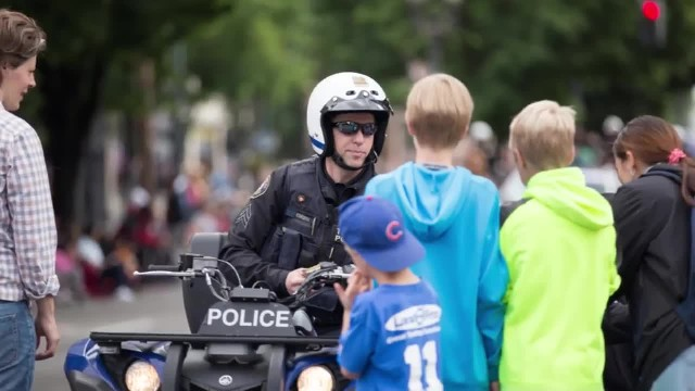 Boy slides a note on the table – when the policeman reads it, he jumps out of his chair
