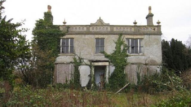 Man finds abandoned manor hidden in woods and opens door to find it's 'Frozen in time'
