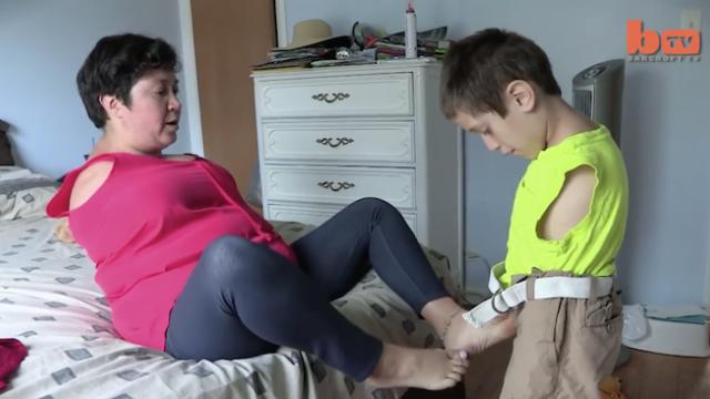 Mother and son both born without arms—the way they've adapted is nothing short of incredible
