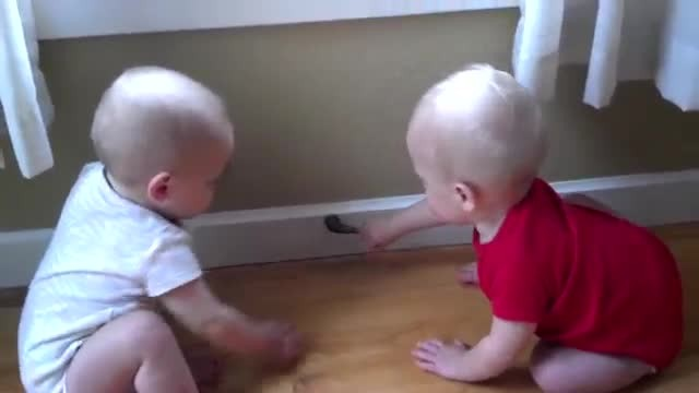 Dad stumbled upon baby twins playing in the most hilarious way. I keep rewinding