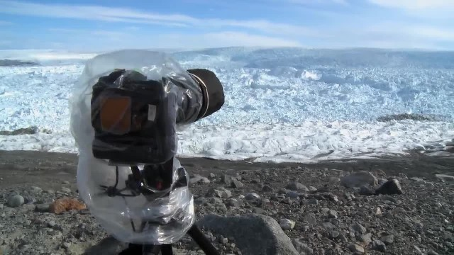 Man points his camera at ice – Seconds later he captures the impossible on film