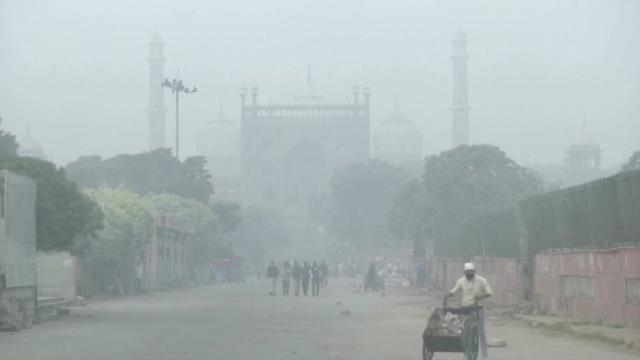 Smog thickens in New Delhi on day of Diwali