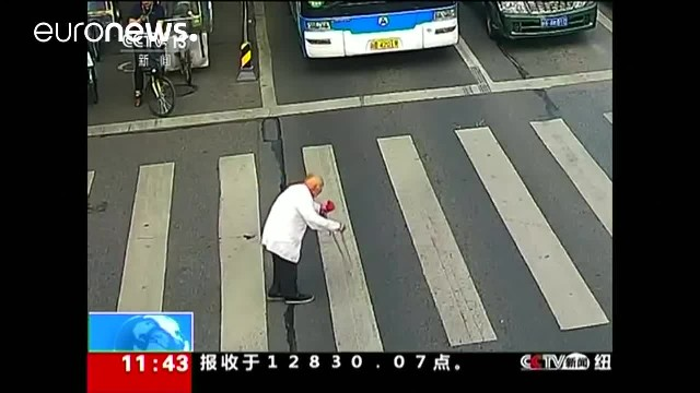 Elderly man slowly crosses busy road – Drivers are in disbelief when cop makes split-second decision