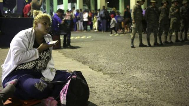 New caravan of Honduran migrants makes first border crossing
