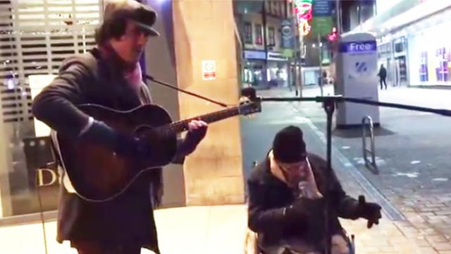 Homeless man asks musician if he can sing with him – his voice leaves everyone speechless