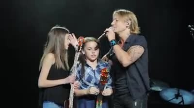 Keith Urban interrupts concert to give talented 14-year-old fan the spotlight