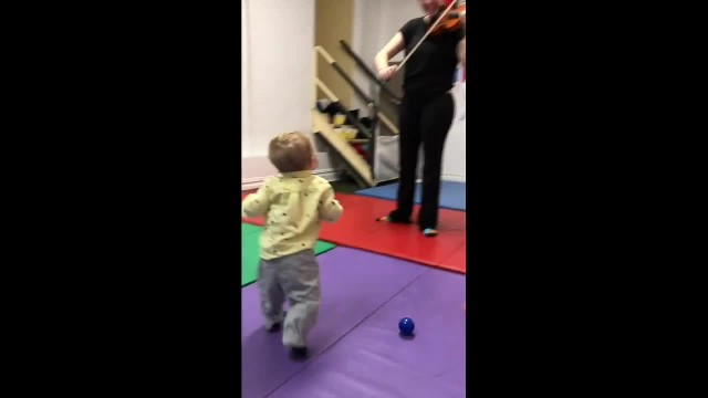 Toddler has priceless reaction after hearing violin for the first time