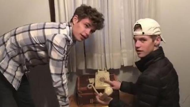 Parents challenge teens to use rotary phone & it's 4 minutes of hilarity.