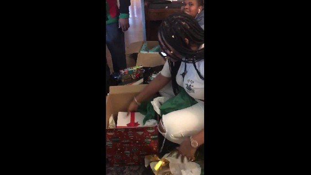 24-Year-Old in Tears After Older Sister Pays Off Her College Tuition for Christmas