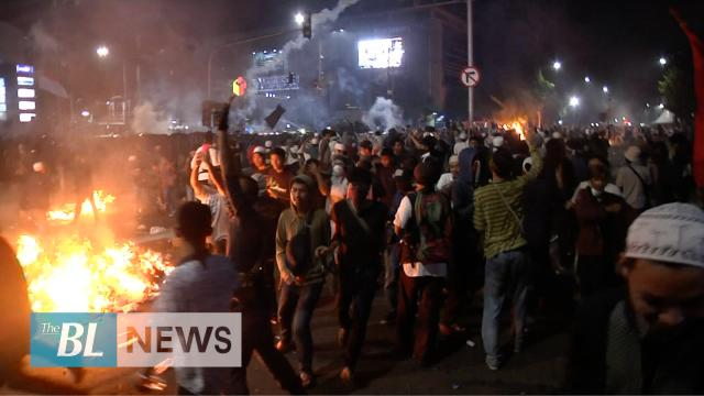 Police and protesters clash in Jakarta after Jokowi's re-election