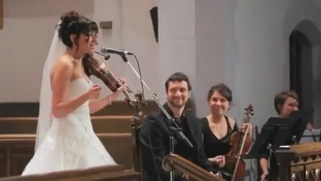 Bride sings surprise song at wedding ceremony that brings everyone to their feet