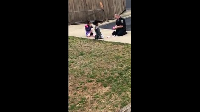Mom catches cop playing dolls with neighborhood kids & now her photos are going viral