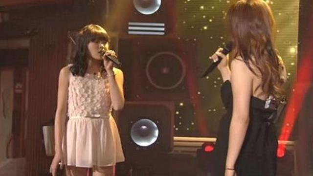2 girls take the stage for duet, crowd loses it when they hear their unique voices merge
