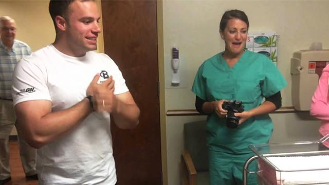 Soldier goes on leave to meet newborn daughter, walks into hospital room and freezes in place