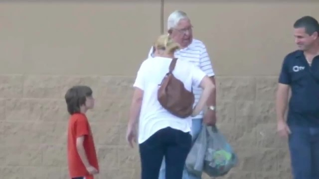 Old man drops items at Walmart but mom breaks down when she learns he tricked her into helping