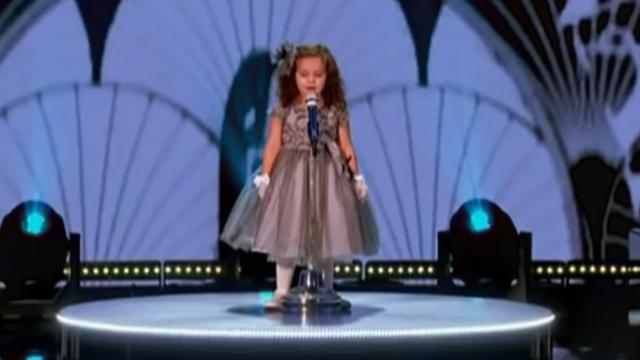 4-year-old girl boldly takes stage to belt out Frank Sinatra hit – making crowd soar from their seat