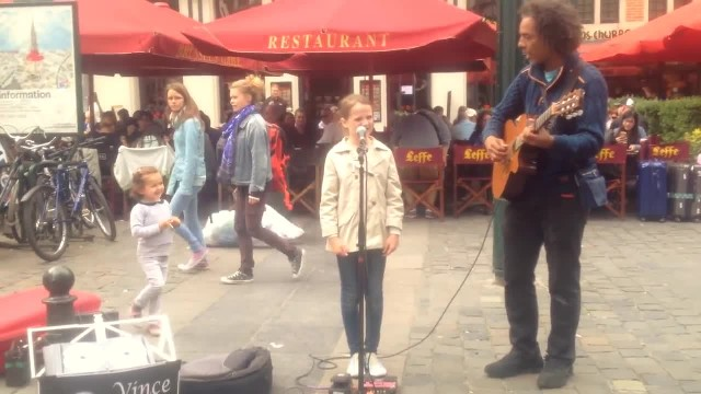 Young girl joins street performer to sing 'Ave Maria,' gives instant chills moment she opens mouth