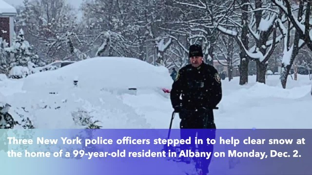 New York police officers help clear snow for elderly woman in Albany(1)