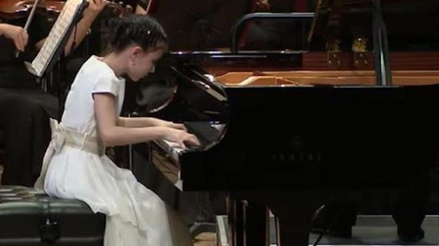 10-yr-old prodigy's fingers fly across piano during jaw-dropping performance