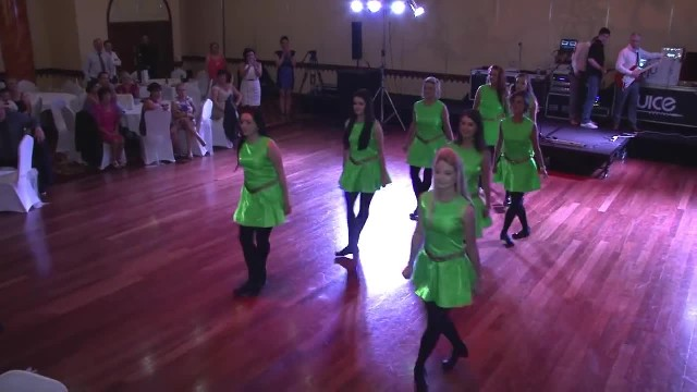 8 Bridesmaids In Neon Green Dresses Take The Floor, But Pay Attention To Their Feet…